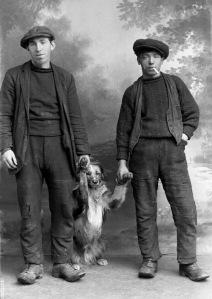 JN18114P145_Boys with dog